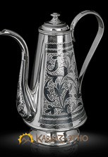 Кофейник серебряный. Украшен гравировкой ручной работы